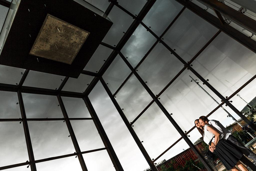 Foto dentro de un cubo gigante de cristal