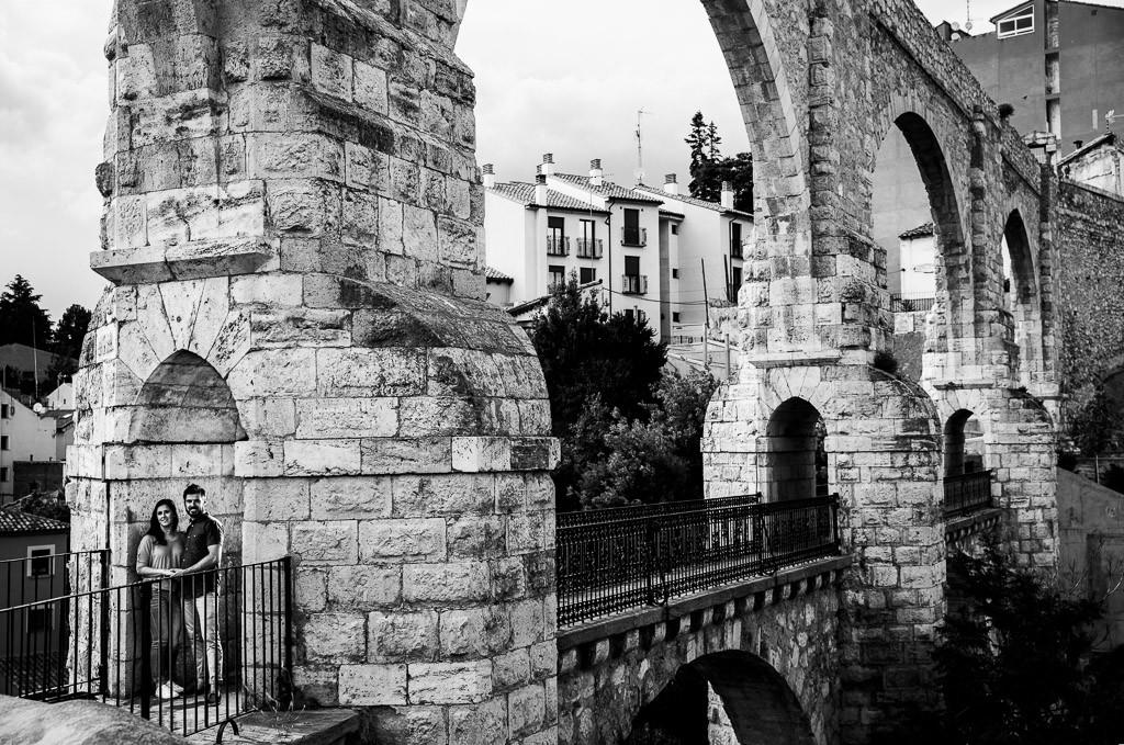 Novios en acueducto de Teruel. Fotografía en blanco y negro.