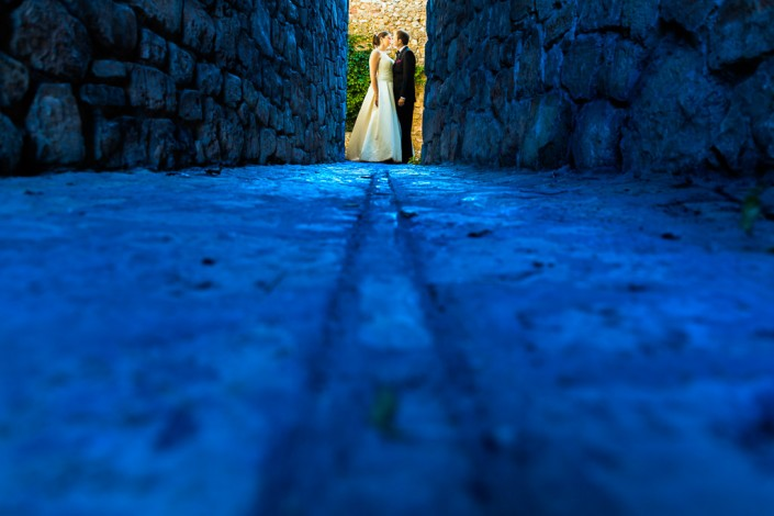 Novios enmarcados por el encanto de las calles de medinaceli