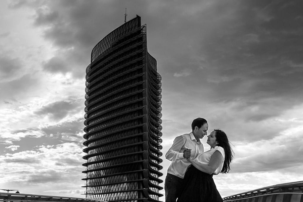 Pareja bailando con la torre del agua Zaragoza de fondo