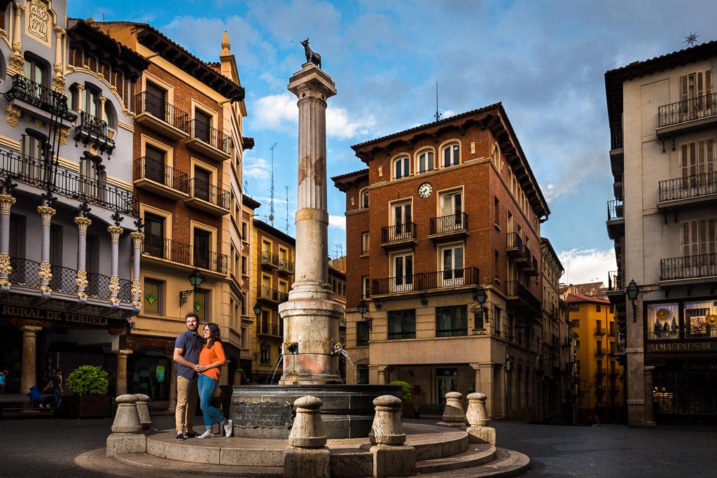 Pareja en plaza del torico de Teruel
