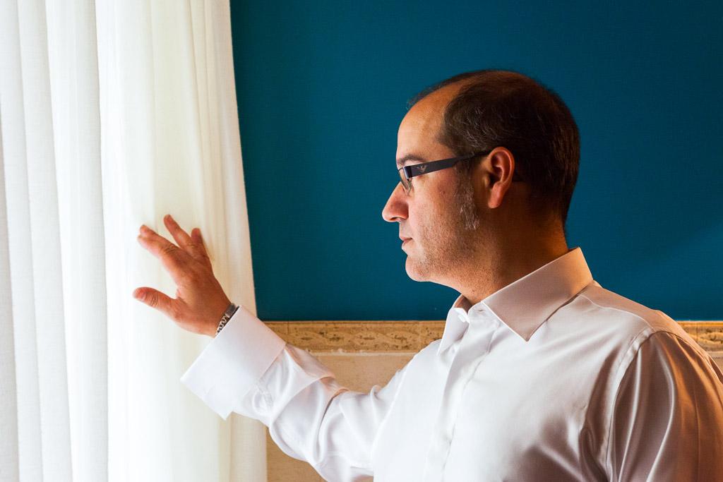 Novio mirando por la ventana
