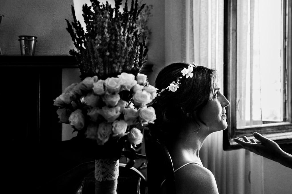 Novia maquillándose junto al ramo de novia