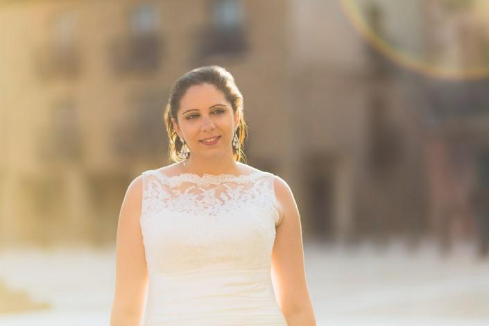Medio plano de la novia a contraluz