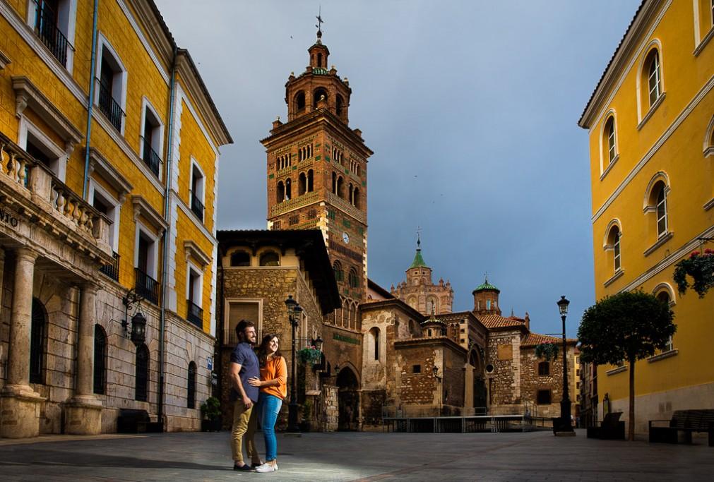Pareja en una magnífica plaza de Teruel
