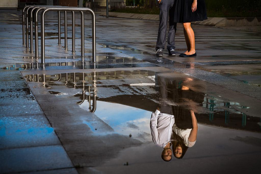 Reflejo de una pareja en una charco tras una tormenta