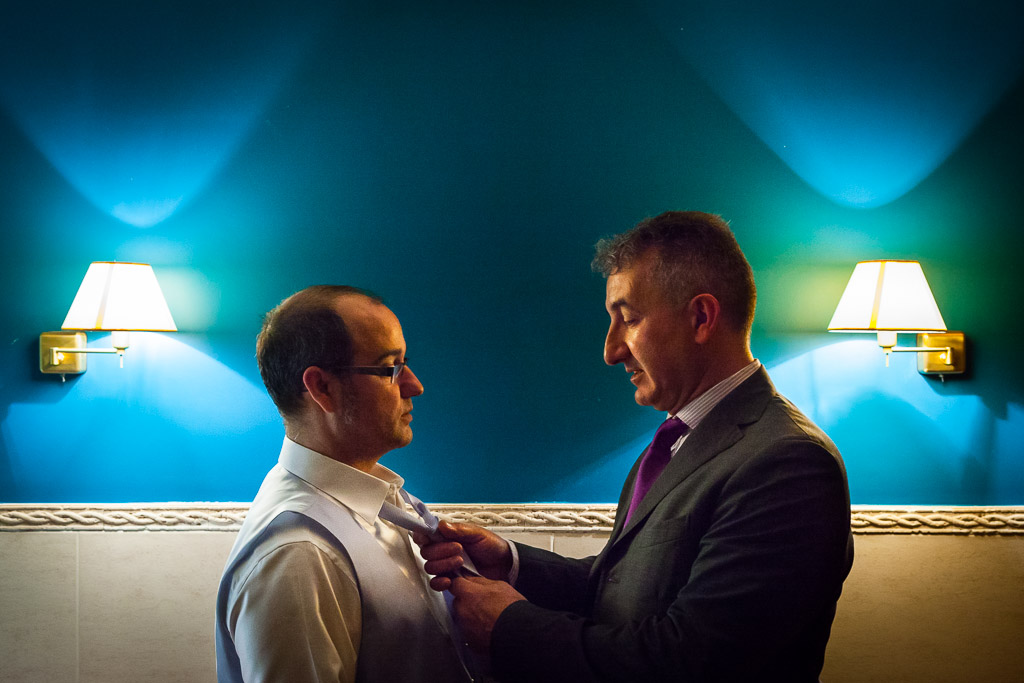 Amigo atando corbata al novio