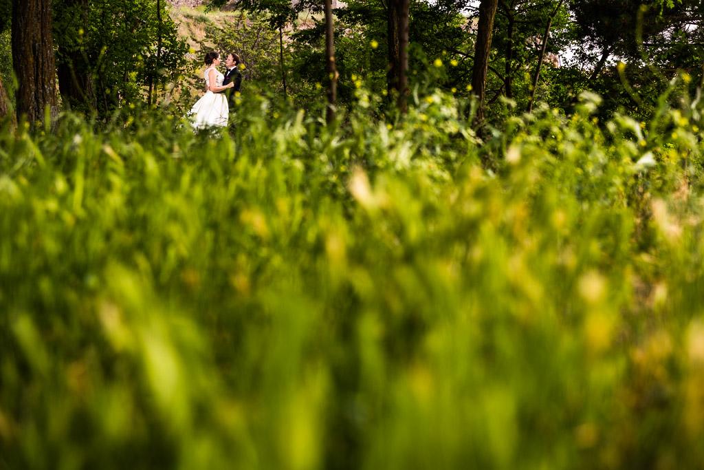 Novios entre un frondoso paisaje verde