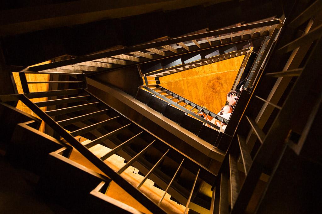 Novios besándose desde las escaleras