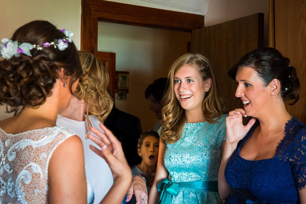 Invitados sorprendidos viendo a la novia