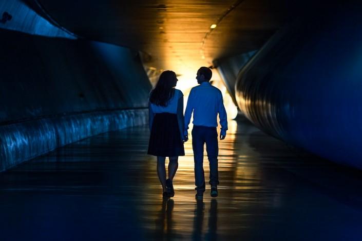 Pareja caminando por el pabellon puente de la expo zaragoza