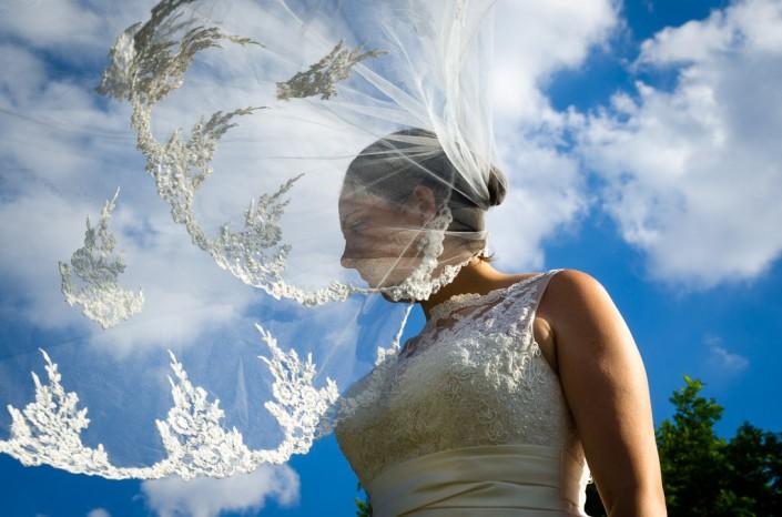 Novia con el velo al viento