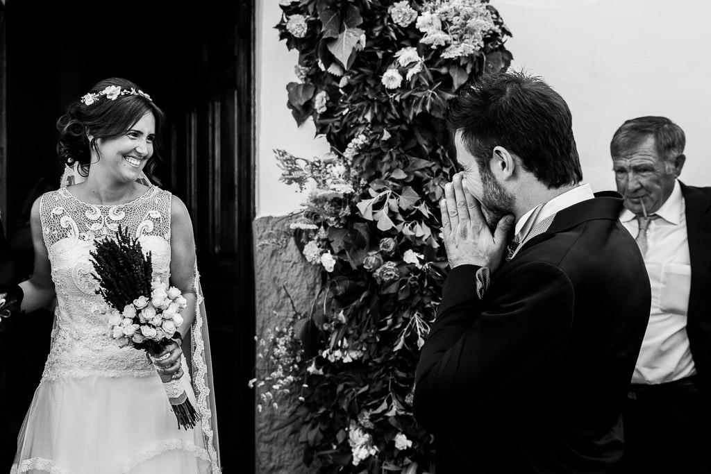 Novio sorprendido viendo a la novia salir de casa