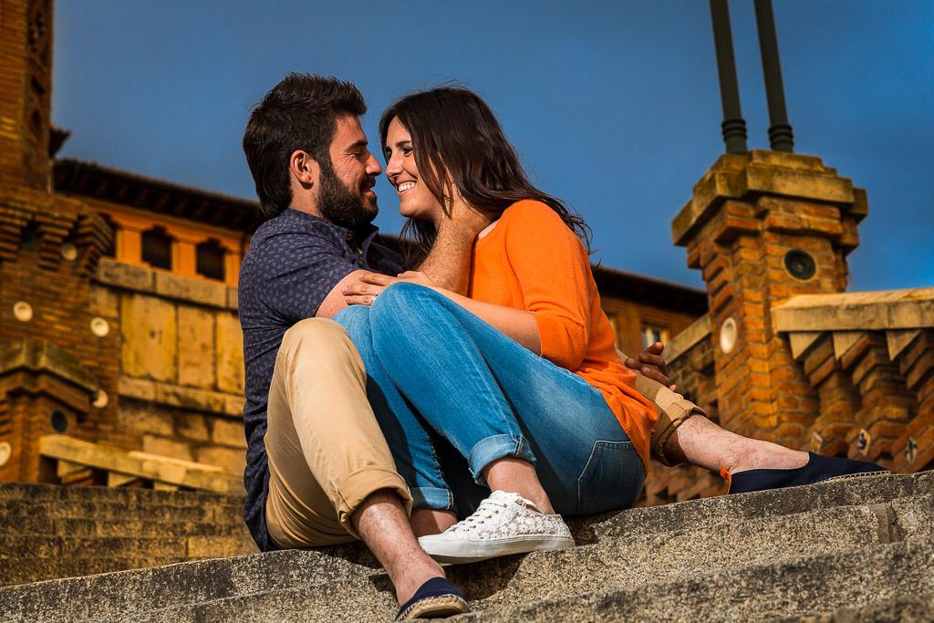 Pareja sentada en la escalinata de Teruel