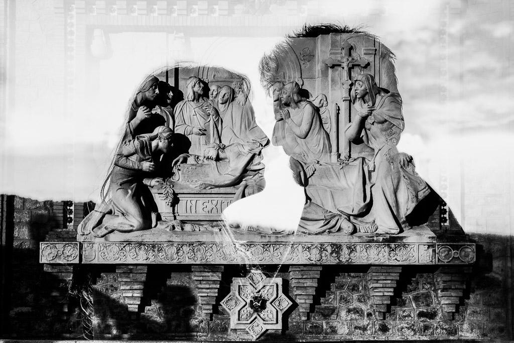 Pareja reflejada en el mural de la escalinata de Teruel