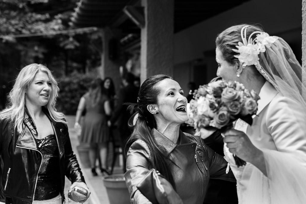 Cara de alegría de una amiga al ver a la novia