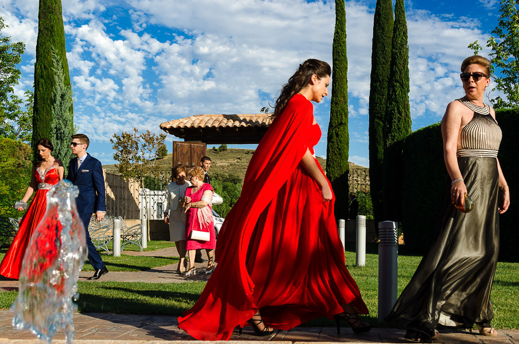 Invitados entrando a la ceremonia