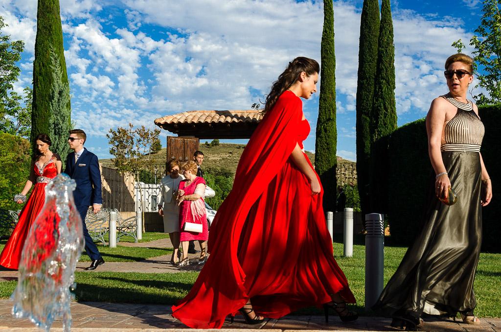 Invitados entrando a la ceremonia