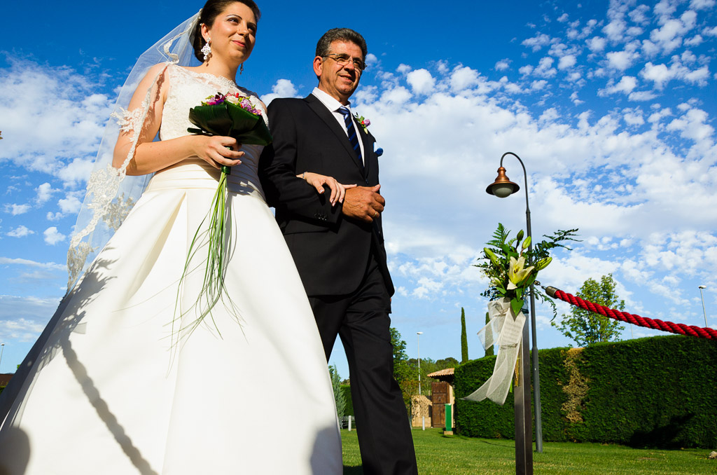 Novia entrando con el padrino a la ceremonia