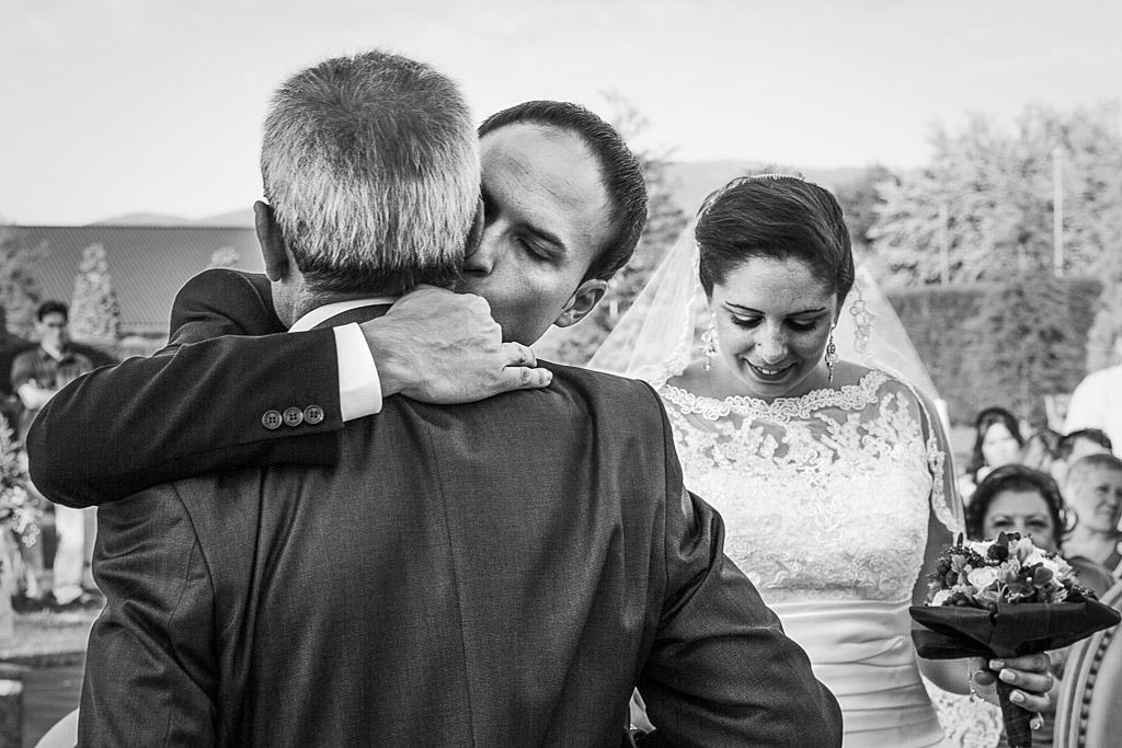 Abrazo intenso del novio con su padre