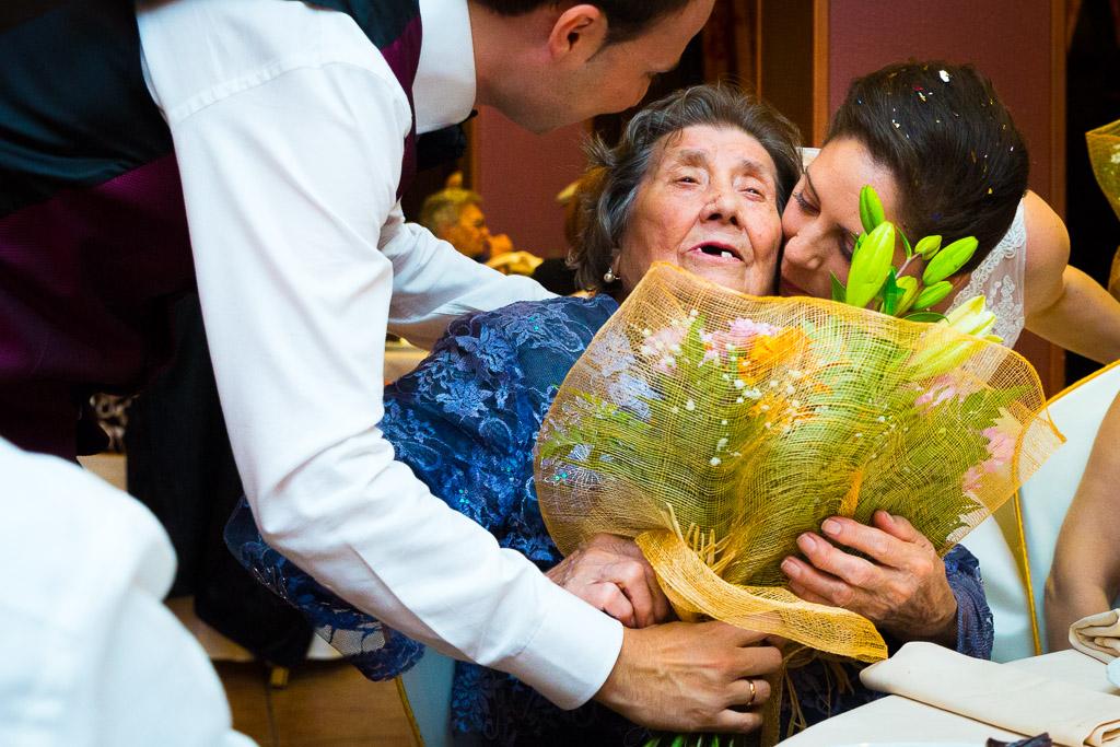 Un gesto conmovedor de la abuela al recibir el ramo.