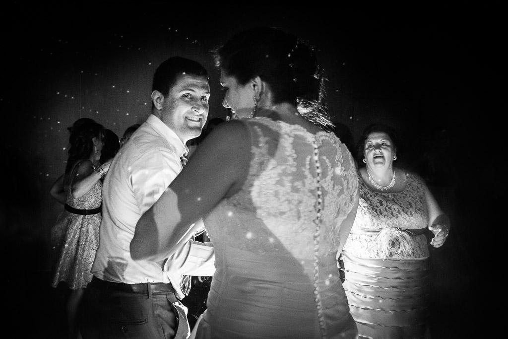 Bailando la novia con un invitado.